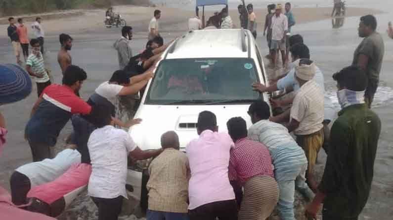 Car Plunged Into Sea Kakinada